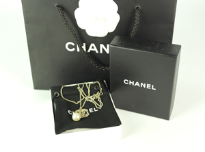 SOLD OUT BRAND NEW Chanel CC Logo Drop Pearl Necklace with Rose Gold