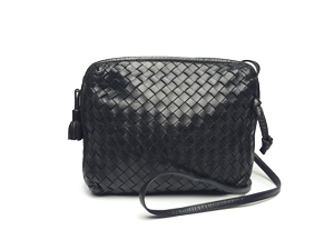 Bottega Veneta Intrecciato Nappa Crossbody Bag In Nero